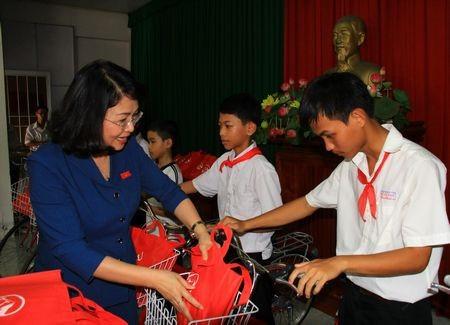 Vice President Dang Thi Ngoc Thinh awards scholarships to 130 poor students - ảnh 1