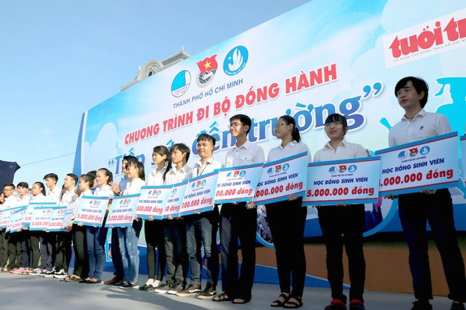 Thousands of young volunteers walk to raise funds for poor children's schooling - ảnh 1