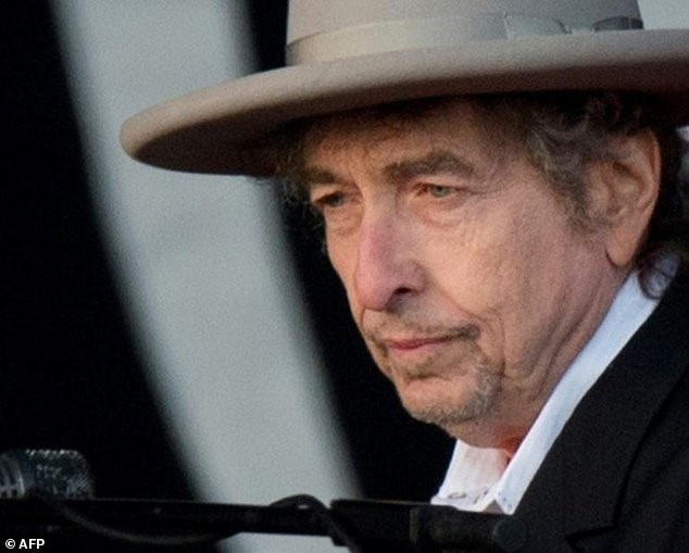 Bob Dylan receives Nobel Prize in literature in Sweden - ảnh 1