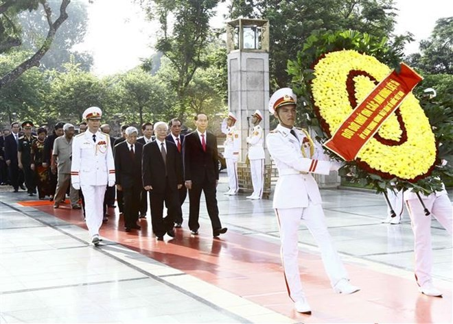 Top leaders pay tribute to national icon, martyrs on National Day - ảnh 1