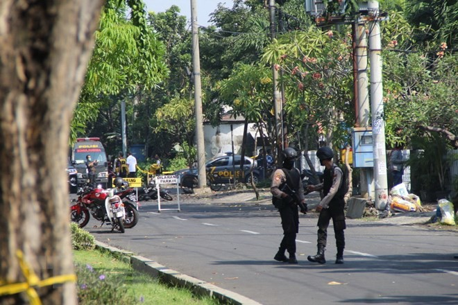 Bomb explosion hits police station in East Java, Indonesia - ảnh 1