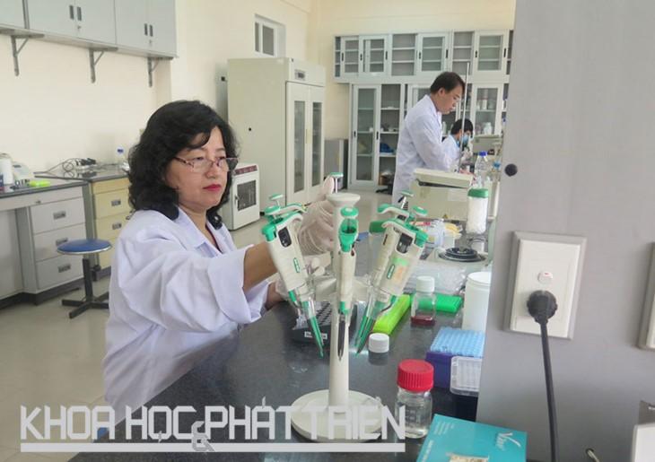 Female scientist passionate in veterinary studies  - ảnh 1