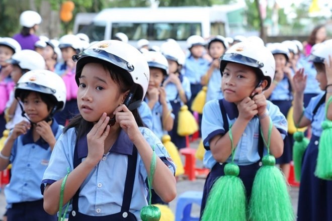 2 million helmets to be given to first Vietnamese graders - ảnh 1