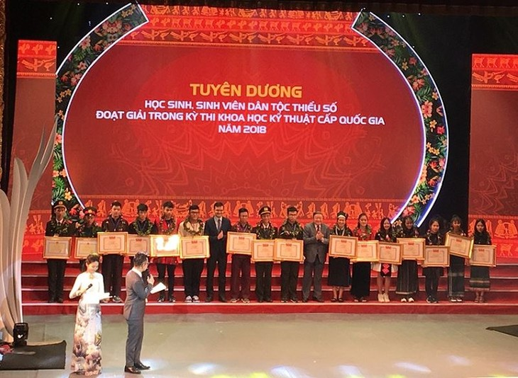 Outstanding ethnic students honored - ảnh 1