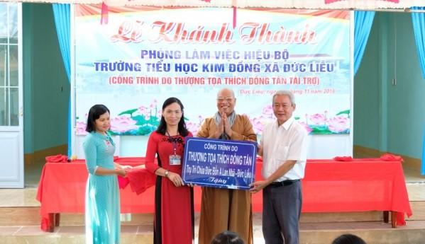 Kind-hearted monk helps school children  - ảnh 1