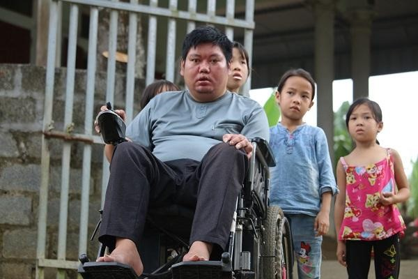 Disabled teacher dedicated to poor children - ảnh 2