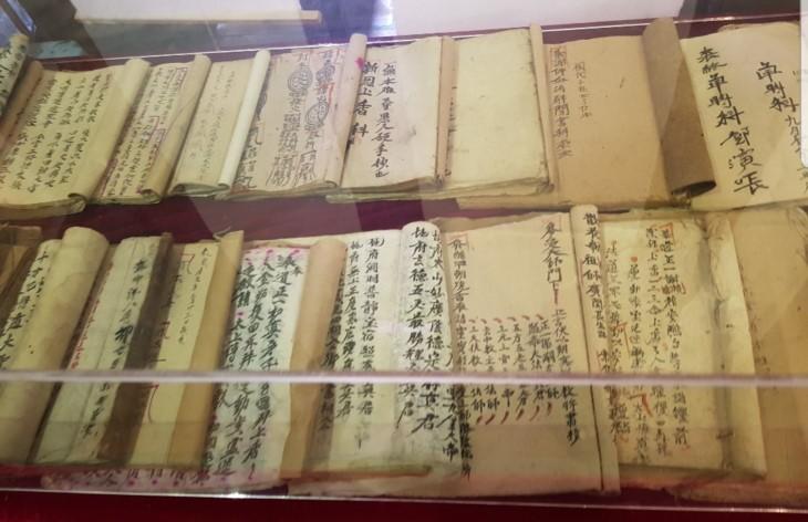 Veteran artisan preserves royal decree making - ảnh 1
