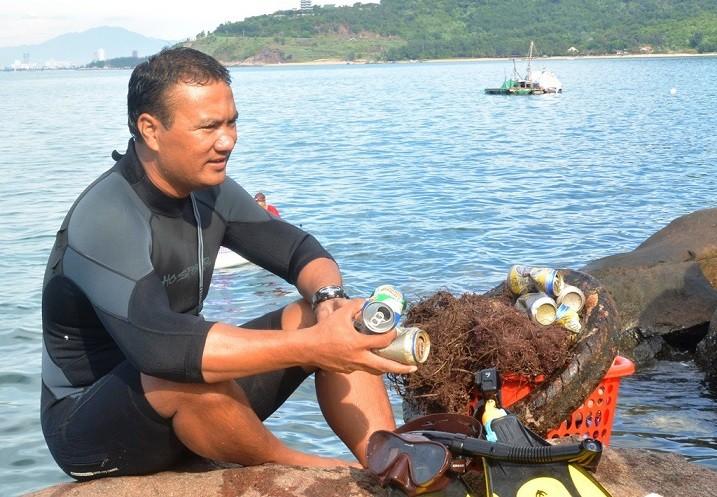 """Trash collecting director"" inspires environment protection in Da Nang - ảnh 1"