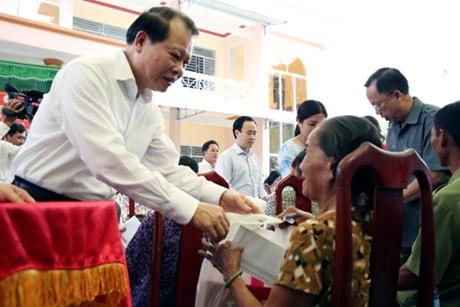 Lãnh đạo Đảng, Nhà nước thăm, tặng quà Tết các hộ nghèo, gia đình chính sách - ảnh 1