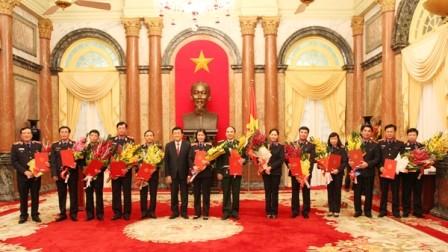 Chủ tịch nước Trương Tấn Sang trao quyết định bổ nhiệm kiểm sát viên  - ảnh 1