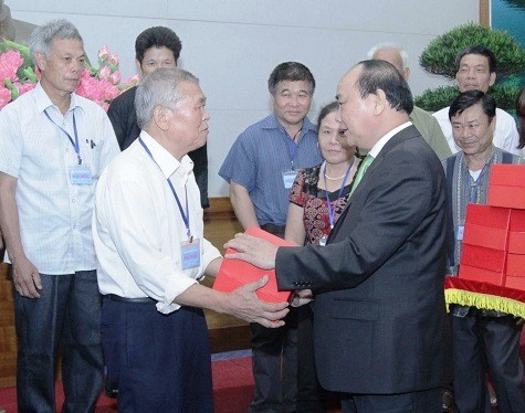 Đoàn đại biểu người có uy tín trong đồng bào dân tộc thiểu số tỉnh Lạng Sơn ra  thăm Hà Nội - ảnh 1