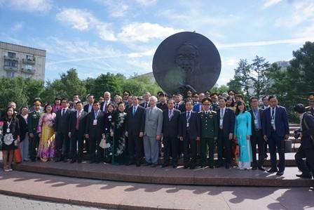 Chủ tịch Trần Đại Quang dâng hoa tượng Chủ tịch Hồ Chí Minh ở thủ đô Moscow - ảnh 2