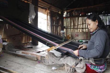 Người Ba Na khôi phục và gìn giữ nghề dệt thổ cẩm truyền thống - ảnh 1