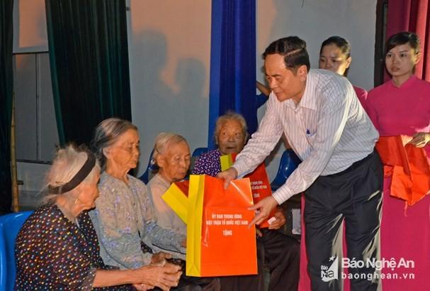 Chủ tịch UB TƯMTTQVN Trần Thanh Mẫn thăm, tặng quà các gia đình chính sách - ảnh 1