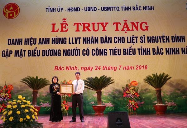 Phó Chủ tịch nước trao danh hiệu Anh hùng LLVT Nhân dân cho Liệt sỹ Nguyễn Đình Xô - ảnh 1