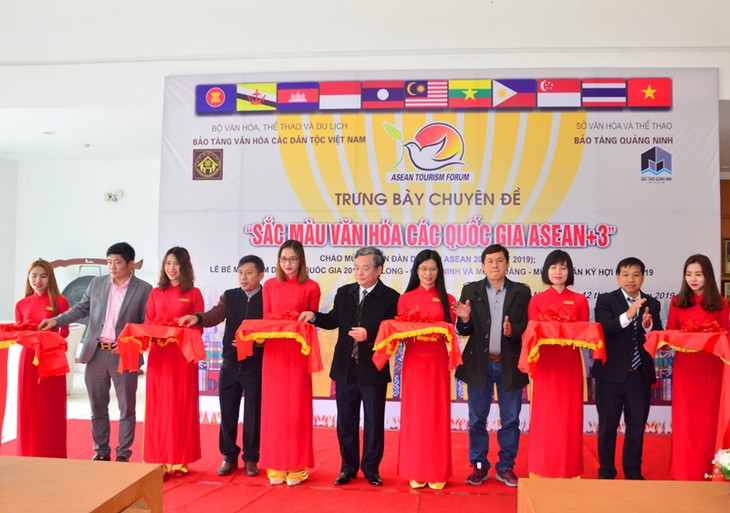 """Triển lãm trưng bày chuyên đề: """"Sắc màu Văn hóa các quốc gia ASEAN và các nước đối tác"""" - ảnh 1"""