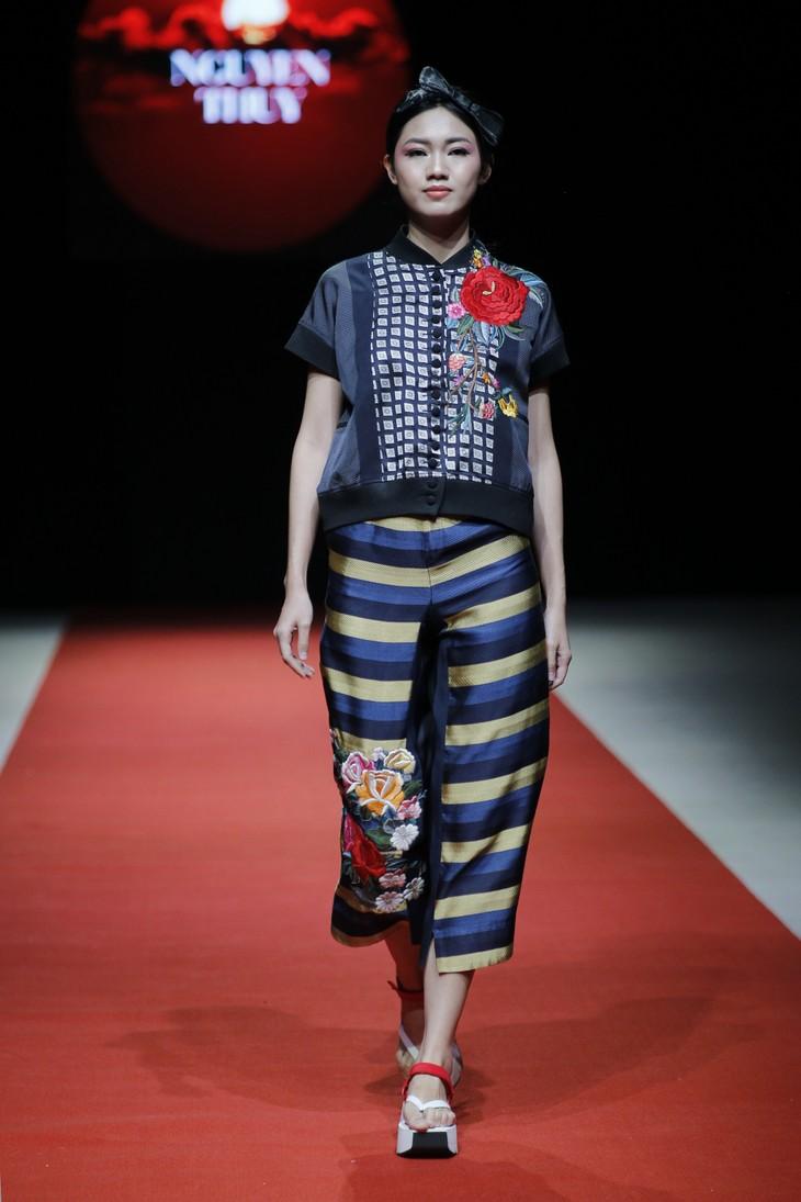 Quán quân Kim Dung, Á hậu Thanh Tú thay nhau làm vedette tại Tuần lễ thời trang Xuân Hè - ảnh 2