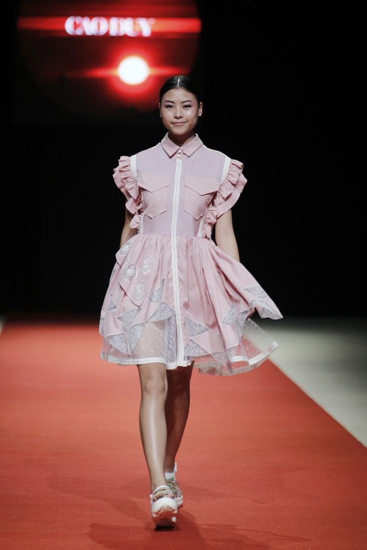 Quán quân Kim Dung, Á hậu Thanh Tú thay nhau làm vedette tại Tuần lễ thời trang Xuân Hè - ảnh 8
