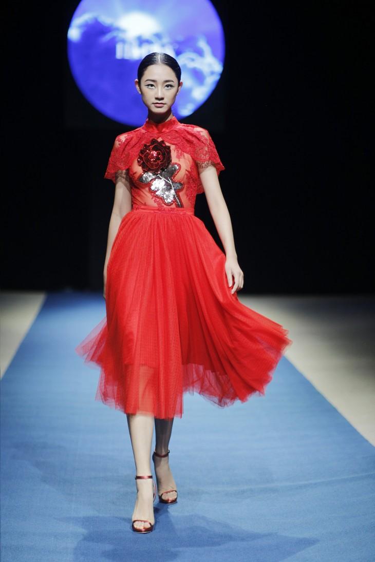 Tuần lễ thời trang Xuân Hè đêm thứ 3: Gam đỏ quyến rũ - ảnh 3