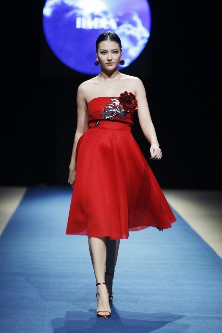 Tuần lễ thời trang Xuân Hè đêm thứ 3: Gam đỏ quyến rũ - ảnh 1