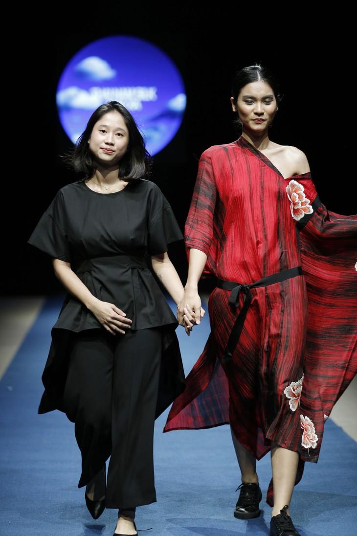Tuần lễ thời trang Xuân Hè đêm thứ 3: Gam đỏ quyến rũ - ảnh 12