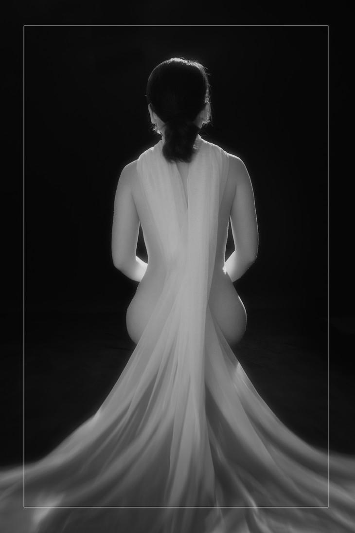 Chiêm ngưỡng tác phẩm trong triển lãm ảnh nude đầu tiên được cấp phép ở Việt Nam  - ảnh 2