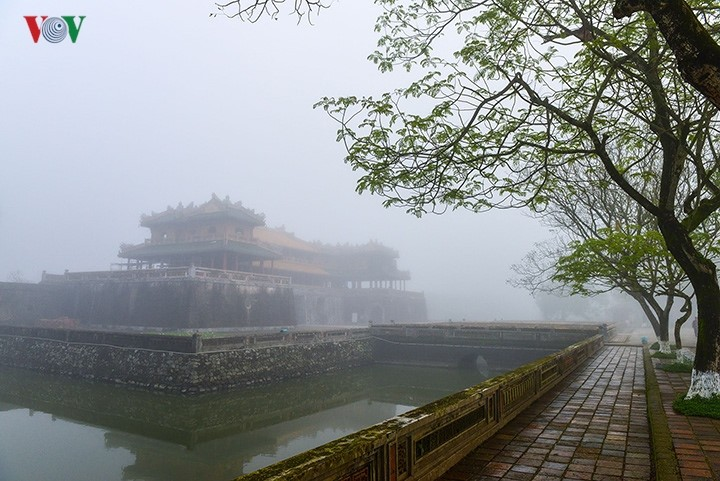 Breathtaking scenery of ancient Hue amid fog in late winter - ảnh 10