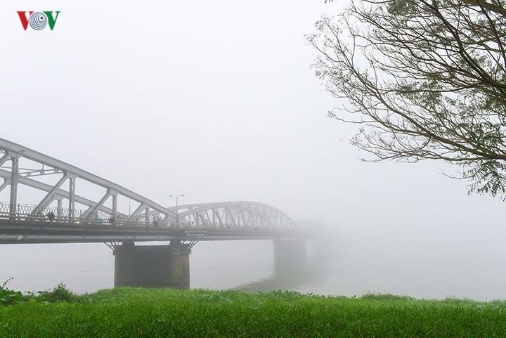 Breathtaking scenery of ancient Hue amid fog in late winter - ảnh 1