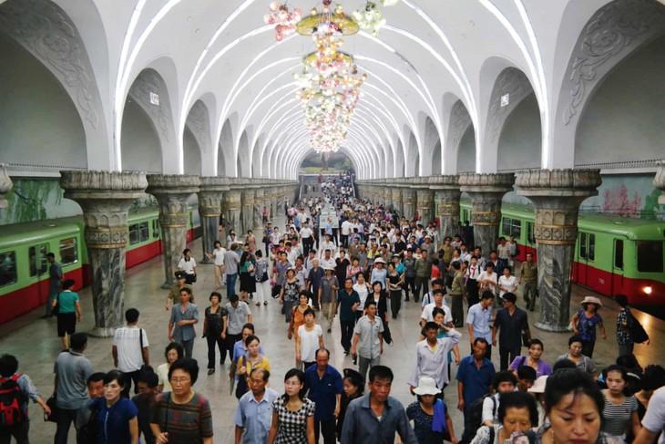 Đẹp sững sờ ga điện ngầm Bình Nhưỡng, Triều Tiên - ảnh 5