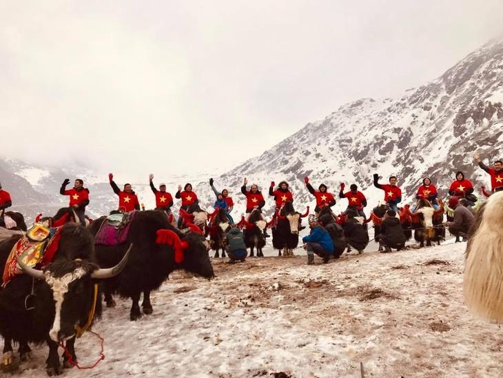 Đại sứ Phạm Sanh Châu quảng bá Việt Nam trên núi Himalaya tuyết trắng - ảnh 2