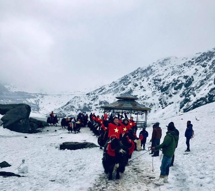 Đại sứ Phạm Sanh Châu quảng bá Việt Nam trên núi Himalaya tuyết trắng - ảnh 5