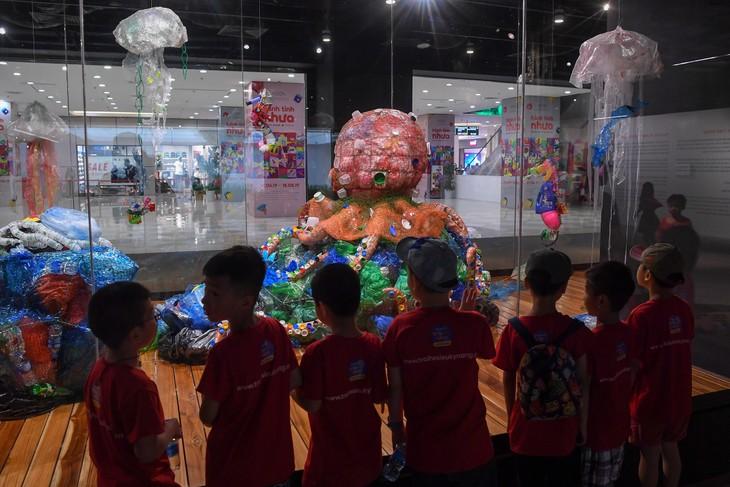 """Triển lãm """"Hành tinh nhựa"""" truyền đi thông điệp sử dụng đồ nhựa có ý thức - ảnh 2"""