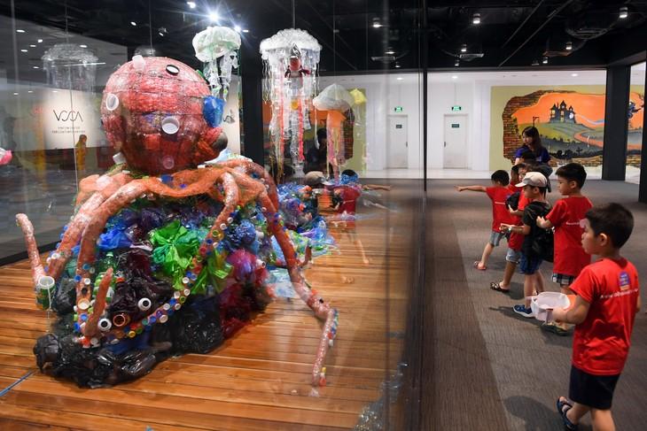 """Triển lãm """"Hành tinh nhựa"""" truyền đi thông điệp sử dụng đồ nhựa có ý thức - ảnh 3"""
