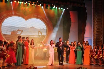 """Gala musical """"90 millones de corazones de Vietnam"""" - ảnh 1"""