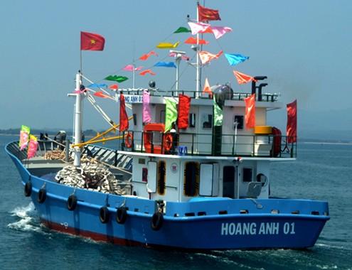 Empresas brindan ayuda financiera y material a pescadores - ảnh 2