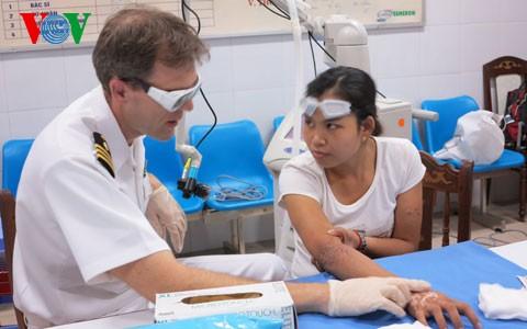 Médicos militares de EEUU tratan a pacientes vietnamitas con quemaduras graves - ảnh 1
