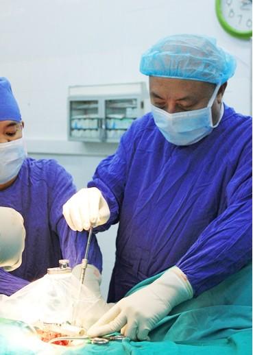Médico abanderado en la operación de la columna vertebral  - ảnh 1
