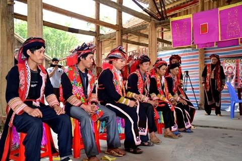 Singular ceremonia de étnicos vietnamitas - ảnh 2