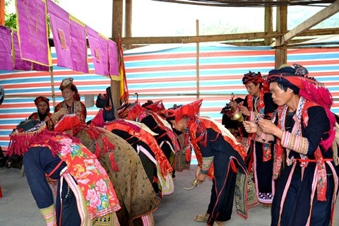 Singular ceremonia de étnicos vietnamitas - ảnh 3