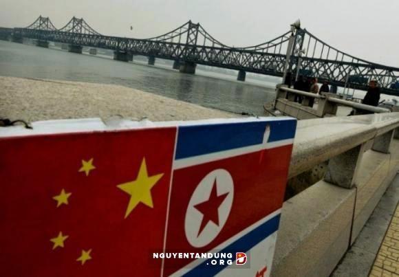 China prohíbe algunas mercancías en transacciones comerciales con Corea del Norte  - ảnh 1