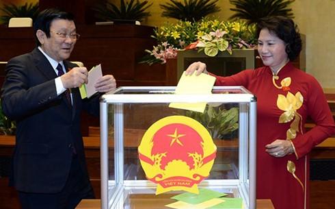 Continúan considerando en el Parlamento vietnamita remodelación de gobierno - ảnh 1