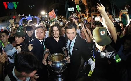 Carles Puyol introduce la copa de Liga de Campeones al público vietnamita  - ảnh 1