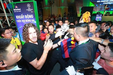 Carles Puyol introduce la copa de Liga de Campeones al público vietnamita  - ảnh 2