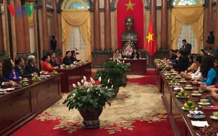 Nueva vicepresidenta vietnamita recibe a delegación del Fondo de becas Vu A Dinh  - ảnh 1