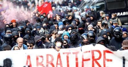 Manifestantes chocan con policía italiana en protesta contra valla fronteriza de Austria - ảnh 1