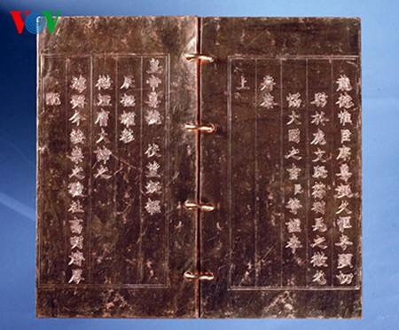 Libros y objetos dorados de la dinastía Nguyen, legado invaluable de Vietnam - ảnh 2