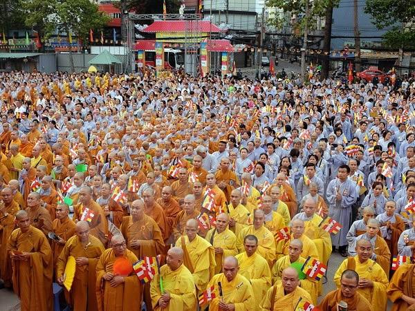 Vietnam conmemora solemnemente aniversario 2560 del nacimiento y la iluminación del Buda - ảnh 2