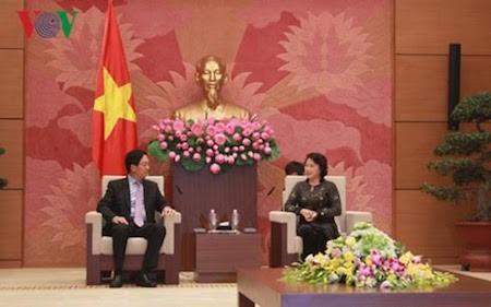 Máximo líder parlamentario de Vietnam recibe a embajadores de China y Australia  - ảnh 1