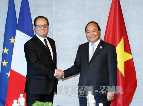 Primer ministro de Vietnam conversa con líderes de países participantes al margen de Cumbre del G7 - ảnh 1