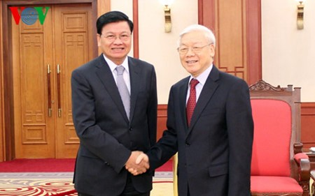 Líder partidista de Vietnam recibe al primer ministro laosiano  - ảnh 1